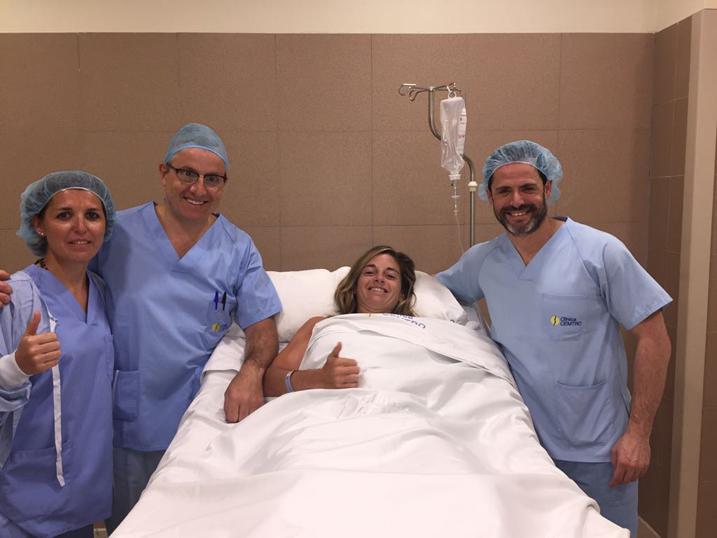 La jugadora de pádel Alejandra Salazar, operada de su rodilla izqda. por los Dres. Manuel Leyes y César Flores